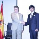 ミゲル・アンヘル・ナバーロ・ポルテラ駐日スペイン大使と俳優の織田裕二