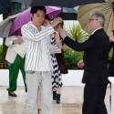 福山雅治、傘を受け取る