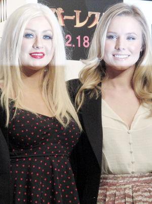 クリスティーナ・アギレラ(左)とクリスティン・ベル