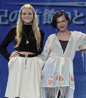 美女の2ショット!ガブリエラ・ワイルド(左)とミラ・ジョヴォヴィッチ
