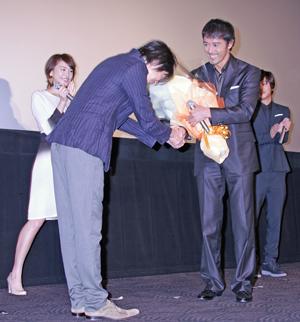 向井理が映画『麒麟の翼』大ヒット祝いに駆けつけた!