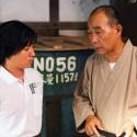 日本の老舗酒蔵で働く青年・ナオト(濱田岳)と社長(でんでん)、映画『サケボム』より