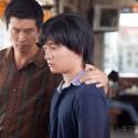 左からいとこのセバスチャンと主人公のナオト(濱田岳)、映画『サケボム』
