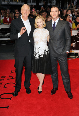 左からゲイリー・ショア監督、サラ・ガドン、ルーク・エヴァンス、映画『ドラキュラZERO』ワールドプレミアにて