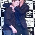 ブラッド・ピットがローガン・ラーマンにキス