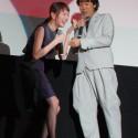 笑う戸田恵梨香と大泉洋