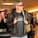 ファンに手を振る俳優のジョージ・クルーニー