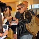 ジョージ・クルーニー、羽田空港でサインの求めに応じる
