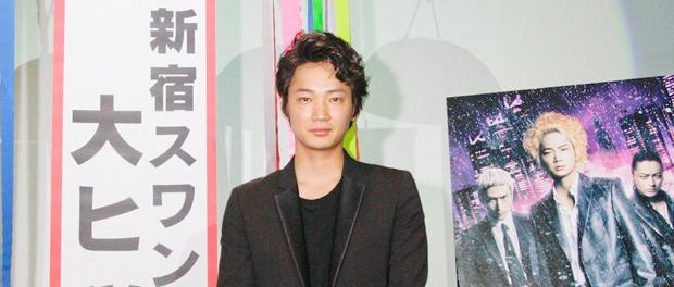綾野剛、映画『新宿スワン』大ヒット御礼で大阪へ