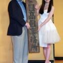 橋本環奈、目高組の看板を赤川先生から手渡される
