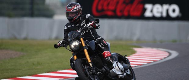 キアヌ・リーヴスがプロデュースするバイク「Arch Motorcycle」でサーキット走行