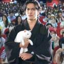 北村一輝、猫侍の姿で、台湾の白猫シャドウちゃん(メス、5歳)と
