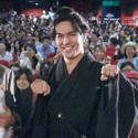 渡辺武監督と北村一輝、猫のポーズで台湾のファンと記念撮影