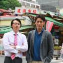 左から川野直輝、小泉孝太郎(台湾の繁華街・西門町にて)