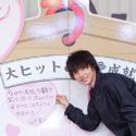 「ヒロイン合格!?&恋愛成就祈願」の特注巨大絵馬がステージに登場!