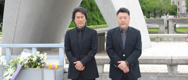 役所広司と原田眞人監督が広島の平和記念公園慰霊碑に献花