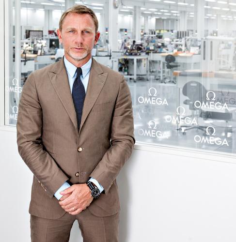 <ダニエル・クレイグ>ボンドモデルをつくるオメガの時計工場を見学