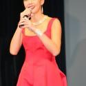 土屋アンナ、真っ赤なドレスで登場!