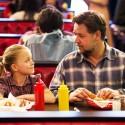 外食するカイリー・ロジャーズとラッセル・クロウ、映画『パパが遺した物語』