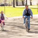 自転車に乗るカイリー・ロジャーズとラッセル・クロウ、映画『パパが遺した物語』