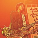 ギターを手に熱唱する神木隆之介、映画『TOO YOUNG TO DIE!若くして死ぬ』(宮藤官九郎監督)より