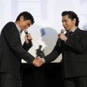 江口洋介と本木雅弘、映画『天空の蜂』初日舞台あいさつでがっちりと握手