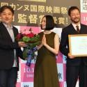 監督賞受賞を喜びあう深津絵里、浅野忠信、黒沢清監督