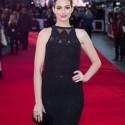 女優アン・ハサウェイ、ジョナサン・シムカイのドレスで『マイ・インターン』UKプレミアに出席