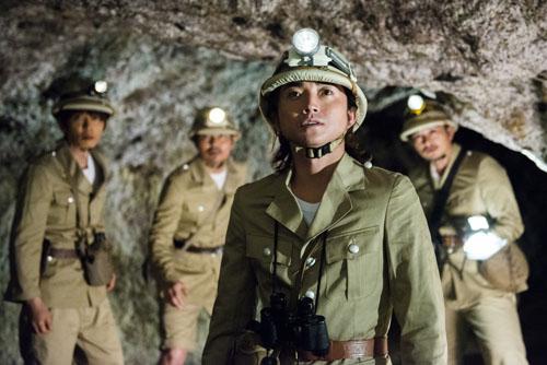 洞窟にて、映画『探検隊の栄光』藤原竜也と仲間たち
