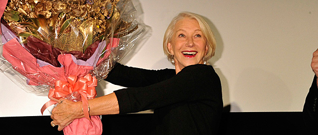 女優のヘレン・ミレンと黄金の花束