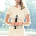 「時間を超える輝き」を体現する女優のアマンダ・サイフリッド
