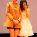 土屋太鳳、山崎紘菜の腕にちょこんとつかまる、映画『orange』完成披露試写会舞台あいさつ