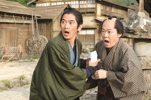 瑛太と阿部サダヲ、映画『殿、利息でござる!』(中村義洋監督)より