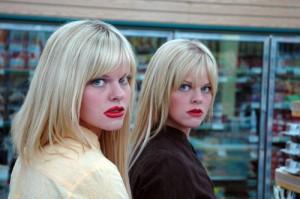 奇妙なメイクをした双子、映画『スナッチャーズ・フィーバー』(ジェイ・ダール監督)より
