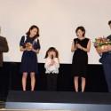 映画『はなちゃんのみそ汁』初日舞台あいさつに、えみなちゃんは花束を持って登場!
