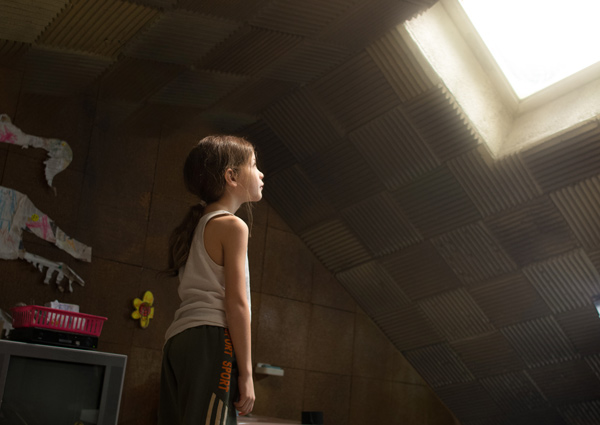 天窓を見上げるジャック(ジェイコブ・トレンブレイ)、映画『ルーム』(レニー・アブラハムソン監督)より