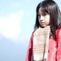主人公・藤沼悟(藤原竜也)の 幼少時代のクラスメイト・雛月加代を演じる鈴木梨央ちゃん