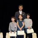 感想文で表彰された子どもたちとキネマ旬報社社長