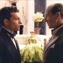オールデン・エアエンライクとレイフ・ファインズ、映画『ヘイル、シーザー!』(ジョエル&イーサン・コーエン監督)より