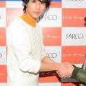 一人ひとりと握手する中川大志、カレンダー発売記念イベントにて