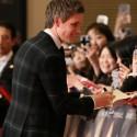 俳優エディ・レッドメインがファンサービス、映画『リリーのすべて』ジャパンプレミアのレッドカーペット