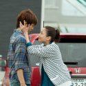 旅先でお母ちゃん(宮沢)に、優しく頬を包まれている青年・拓海(松坂)の姿、映画『湯を沸かすほどの熱い愛』(中野量太監督)より
