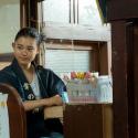幸野安澄役の杉咲花が銭湯の番台に、映画『湯を沸かすほどの熱い愛』より