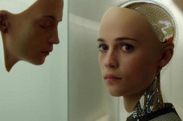 アリシア・ヴィキャンデルが美しい女性型ロボット・エヴァ、映画『エクス・マキナ』(アレックス・ガーランド監督)より
