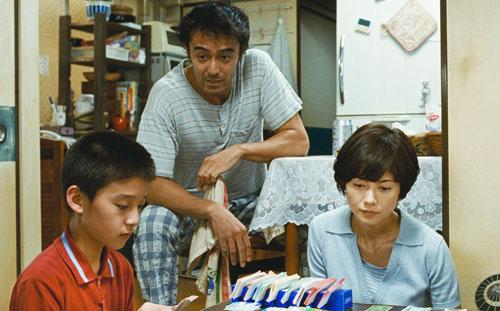 良多(阿部寛)と元妻の白石響子(真木よう子)と11歳の息子・真悟(吉澤太陽)、映画『海よりもまだ深く』(是枝裕和監督)より