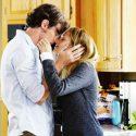 ギャビー(テリーサ・パーマー)とトラヴィス(ベンジャミン・ウォーカー)のキス、映画『きみがくれた物語』(ロス・カッツ監督)より