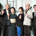 テレビカメラに向かって手を振る登壇者たち、映画『団地』完成報告会見にて