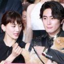 綾瀬はるか、猫のヨシマサのしっぽをなでなで