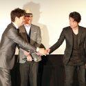 互いに両手で握手した緒形直人と永瀬正敏、映画『64-ロクヨン-前編/後編』大ヒット御礼舞台あいさつにて