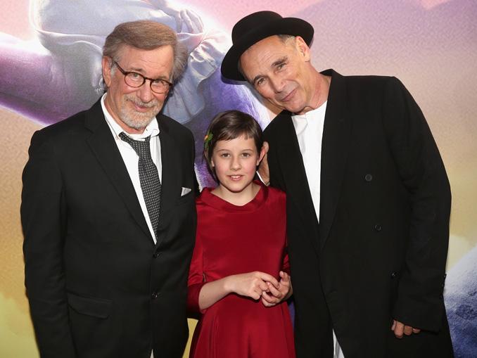 左からスピルバーグ監督、ルビー・バーンヒル、マーク・ライランス、映画『BFG:ビッグ・フレンドリー・ジャイアント』USプレミアにて